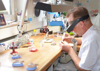 Zahnersatz aus dem eigenen Labor